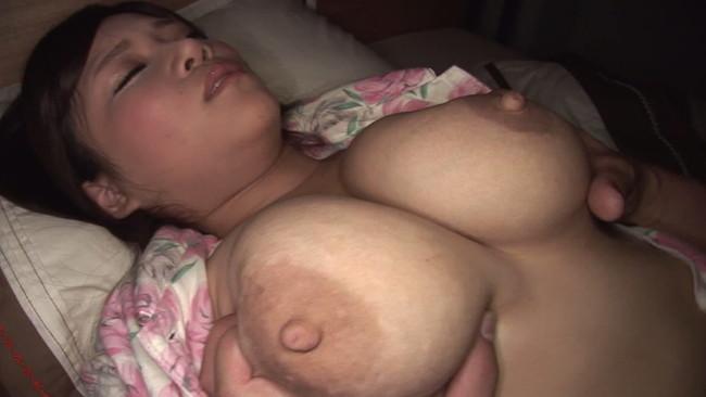 【おっぱい】近親相姦セックスの経験をさせてあげようと思いグズな息子とセックスした巨乳な母親たちのおっぱい画像がエロすぎる!【30枚】 26