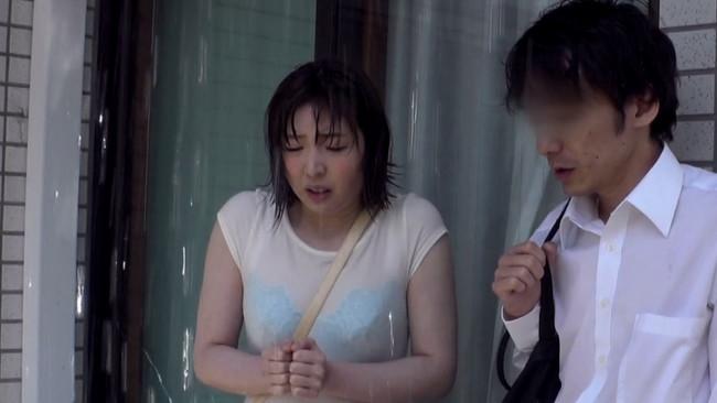 【おっぱい】突然降ってきたゲリラ豪雨でびしょびしょになり、スケスケの下着と巨乳が見えてる同級生の女の子のおっぱい画像がエロすぎる!【30枚】 27