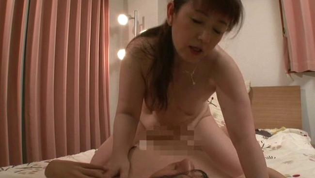 【おっぱい】夫以外の男たちのデカチンに興奮してヤリまくり!実はセックスが大好きな熟女さんたちのおっぱい画像がエロすぎる!【30枚】 27