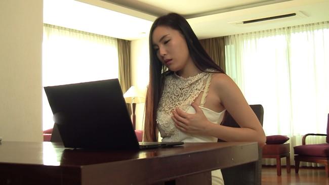 【おっぱい】アダルトDVDを見せた時の表情がウブ過ぎる!韓国で現地で見つけた素人の女の子たちのおっぱい画像がエロすぎる!【30枚】 04