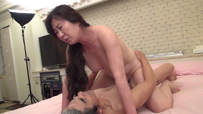 【おっぱい】セックスレスでもう何年もしていない完熟妻たちのおっぱい画像がエロすぎる!【30枚】 17