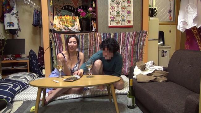 【おっぱい】ただヤリたいだけで部屋に女を連れ込む男と、若い男に興味を持ったパート帰りの妖艶人妻のおっぱい画像がエロすぎる!【30枚】 05