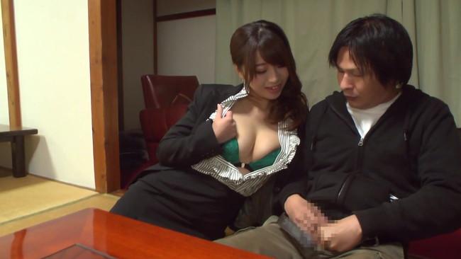 【おっぱい】人前でも関係ない!旅館内でも野外でも男性客を痴女りまくる初美沙希ちゃんのおっぱい画像がエロすぎる!【30枚】 16