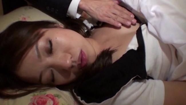 【おっぱい】無防備な寝姿をみてしまったら性衝動を抑える事なんて出来やしない!貞淑な人妻さんたちのおっぱい画像がエロすぎる!【30枚】 14