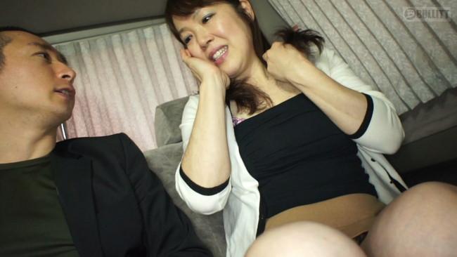 【おっぱい】肉食系から清楚系のむっちり太腿な熟女さんたちのおっぱい画像がエロすぎる!【30枚】 12