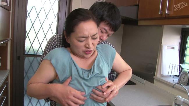 【おっぱい】淫語連発で勃起を誘い息子を味わい尽くしてしまう母親のおっぱい画像がエロすぎる!【30枚】 05