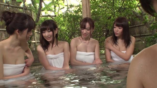【おっぱい】町内会の温泉旅行で男子はなぜか男一人。ずっと憧れていた3軒両隣りの巨乳若奥様たちのおっぱい画像がエロすぎる!【30枚】