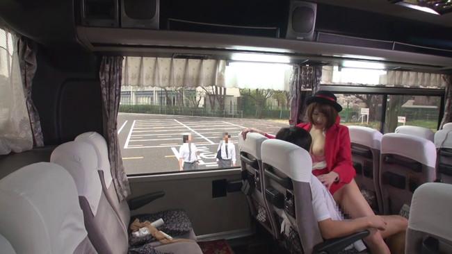【おっぱい】修学旅行のバスの中で男子高生のお願いを断れず優しい騎乗位でこっそり中出しさせてくれたガイドさんのおっぱい画像がエロすぎる!【30枚】 16