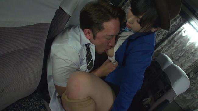 【おっぱい】修学旅行のバスの中で男子高生のお願いを断れず優しい騎乗位でこっそり中出しさせてくれたガイドさんのおっぱい画像がエロすぎる!【30枚】 17