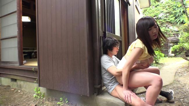 【おっぱい】屋外で立ちションする若い男のペニスを見て興奮してしまう田舎暮らしの人妻さんのおっぱい画像がエロすぎる!【30枚】 05