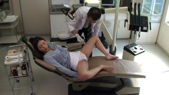 【おっぱい】治療中に寝てしまいソソる姿に!歯の治療に来たお姉さんたちのおっぱい画像がエロすぎる!【30枚】 11
