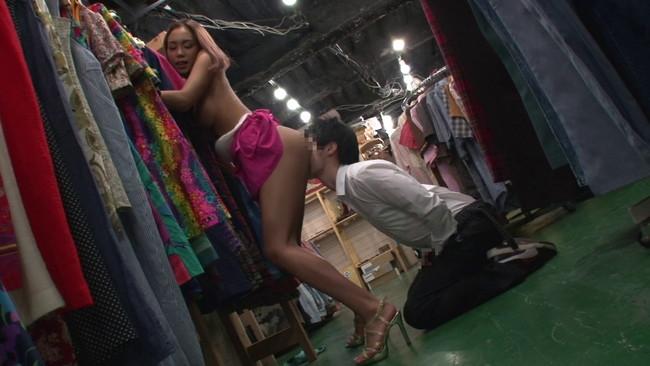 【おっぱい】洋服店でキスもしたことない彼女にバレないようにずっぽり彼氏の童貞を奪うギャル店員のおっぱい画像がエロすぎる!【30枚】 07