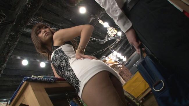 【おっぱい】洋服店でキスもしたことない彼女にバレないようにずっぽり彼氏の童貞を奪うギャル店員のおっぱい画像がエロすぎる!【30枚】 14