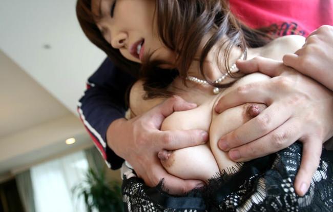 【おっぱい】女の子のおっぱいを思いっきり鷲掴みにしてる画像がエロすぎる!【30枚】 08