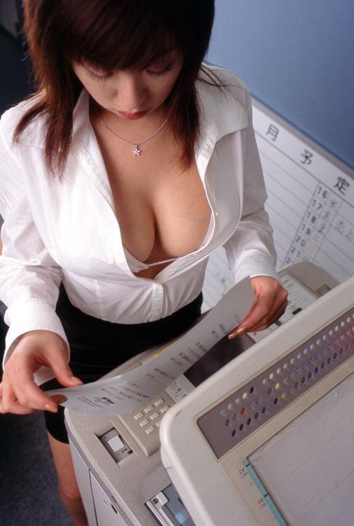 【おっぱい】オフィスレディの女の子が露出してきたおっぱいがエロすぎる【30枚】