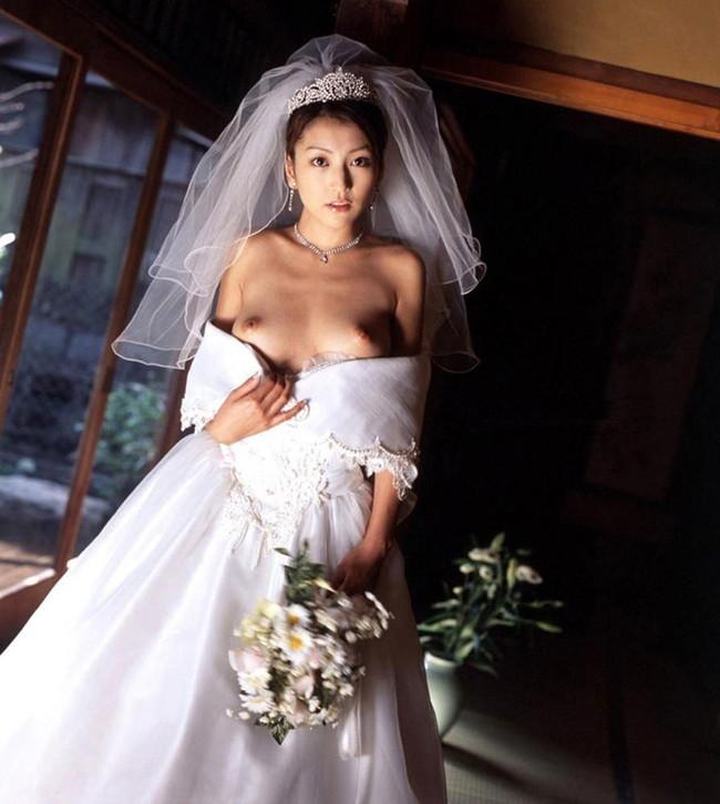【おっぱい】純白のウェディングドレスに包まれた女のおっぱいが丸出しでエロすぎる【30枚】 07