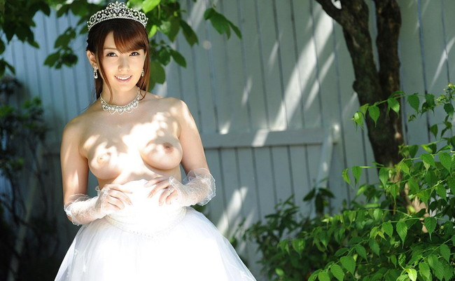 【おっぱい】純白のウェディングドレスに包まれた女のおっぱいが丸出しでエロすぎる【30枚】 17