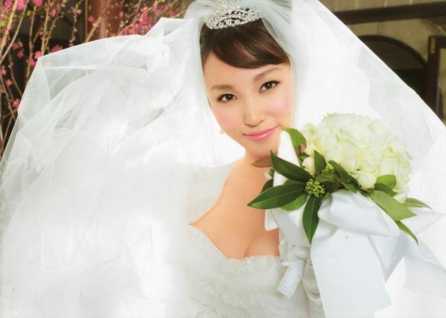 【おっぱい】純白のウェディングドレスに包まれた女のおっぱいが丸出しでエロすぎる【30枚】 21